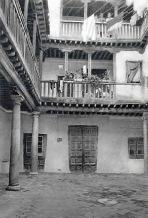 Patio de la Casa de las Cadenas hacia 1930. Foto Aldus. Imagen del Archivo Municipal de Toledo