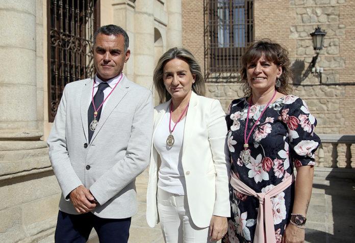 Milagros Tolón, en el centro, junto a los dos nuevos concejales del ayuntamiento de Toledo