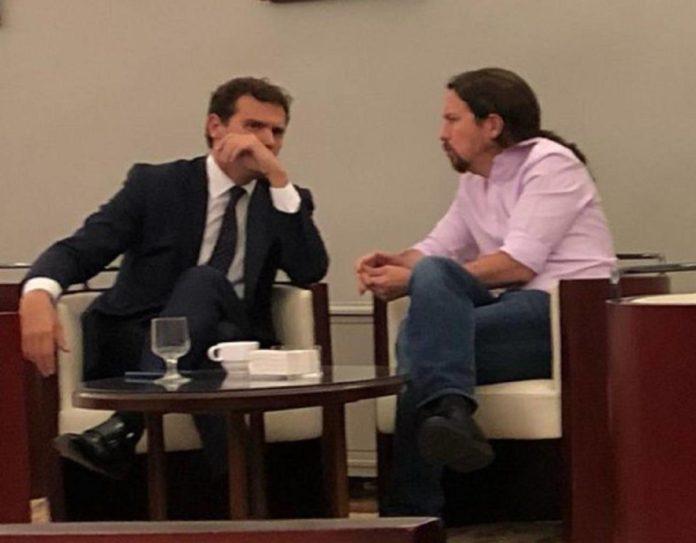 El alcalde socialista de Valladolid ha difundido una imagen de Rivera e Iglesias en un espacio que, siguiendo una norma no escrita, los diputados consideran privado.