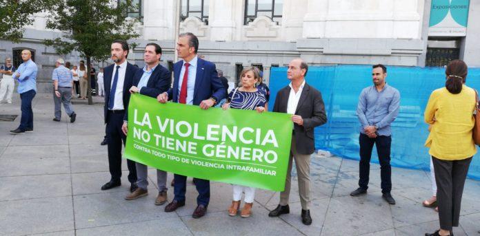 Los concejales de Vox se presentaron en el acto con una pancarta distinta. / EP