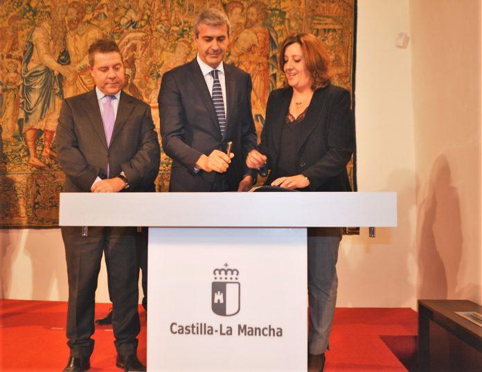 Convenio plan de empleo 2019Álvaro Gutiérrez firmando el convenio 25102019 (2)