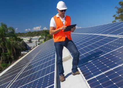 Trabajador del sector de la energía solar